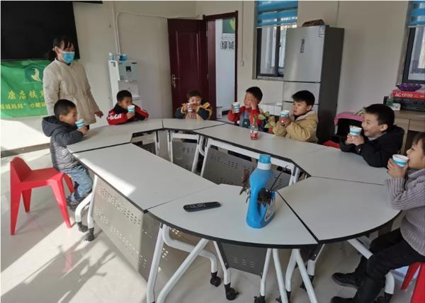 郑州聊吧-喝上安全水,收获大礼包……河南省妇联各级机关把关爱送给孩子(1)