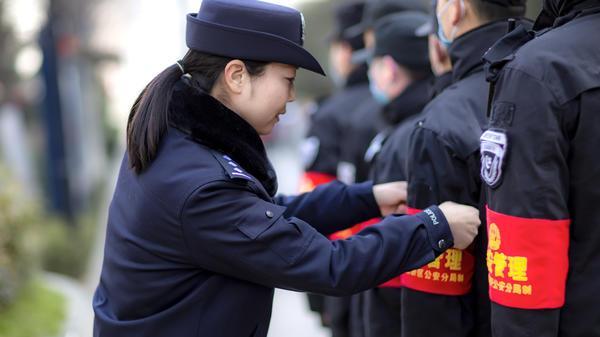 """郑东新区大街小巷多了一群""""红袖标""""-3.jpg"""