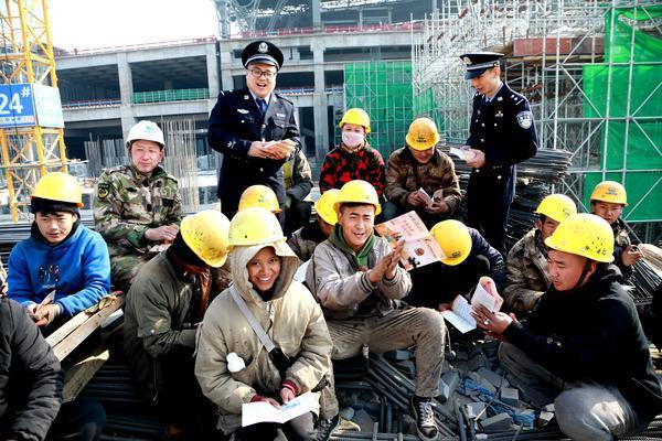 郑州聊吧-郑州铁警为留郑过年的建筑工人送上慰问品和安全知识(2)