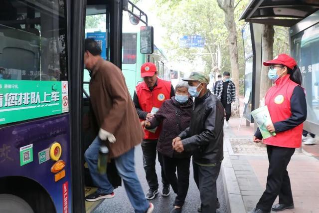 """郑州聊吧-假期归来,郑州公交开足""""马力""""保障市民出行需求(2)"""