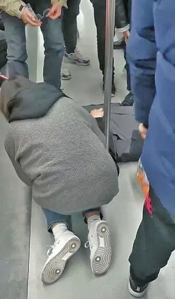 """在郑州地铁1号线双膝跪地救人的""""灰""""姑娘找到啦 她是一名医生-1.jpg"""