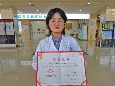 """在郑州地铁1号线双膝跪地救人的""""灰""""姑娘找到啦 她是一名医生-2.jpg"""